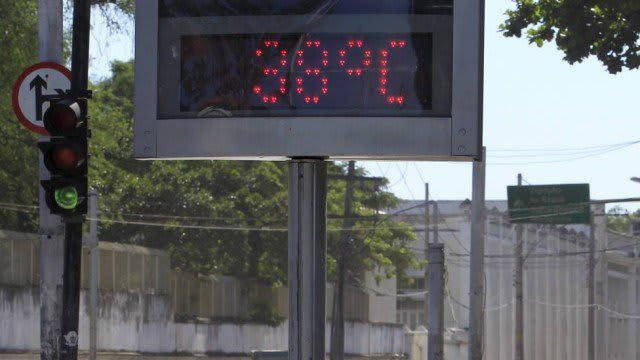 Termômetro de rua apontando 38°C