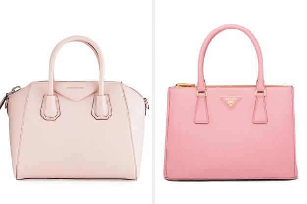 A bolsa da esquerda é uma Givenchy e é fabricada a partir de pele de cabra e tem como detalhe paládio brilhante. A bolsa da direita é Prada e é fabricada a partir de couro e tem como detalhe o logo da Prada em tom metálico.