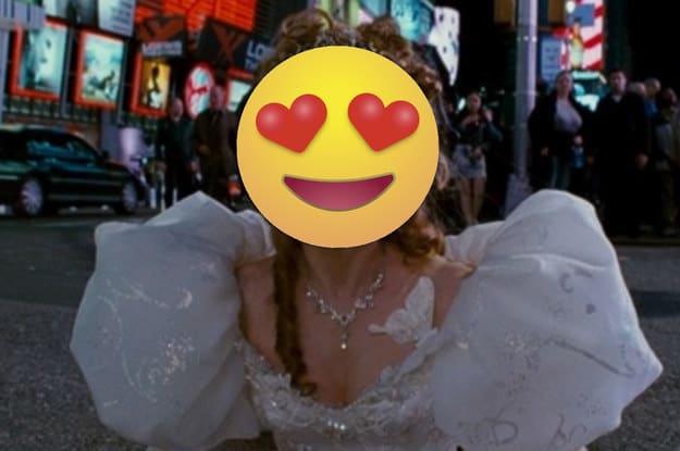 Cena de uma mulher com um vestido de noiva saindo de um bueiro em Nova York.