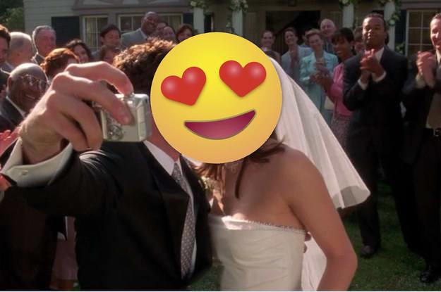 Cena de um casal tirando uma selfie em seu casamento.