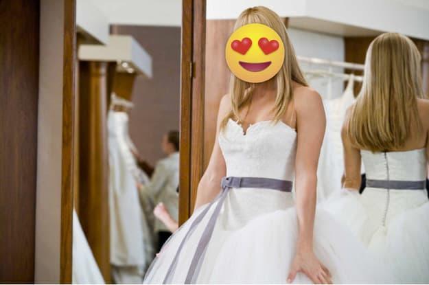 Cena de uma mulher experimentando um vestido de noiva.