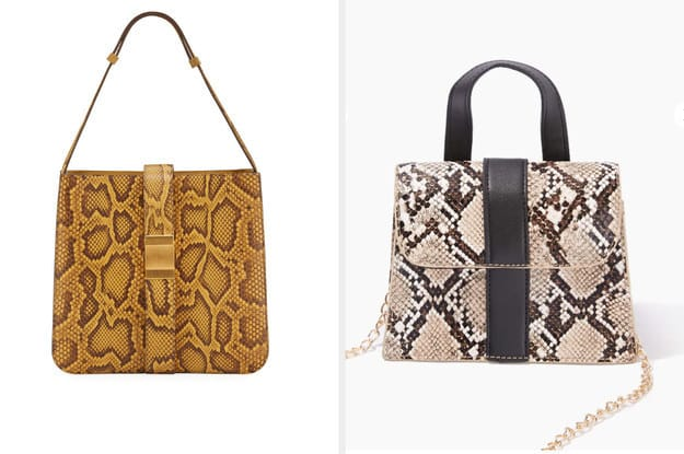A bolsa da esquerda é uma bolsa de ombro fabricada a partir de pele de píton e a bolsa da direita, de pele falsa de cobra e tem como detalhe correntinhas.
