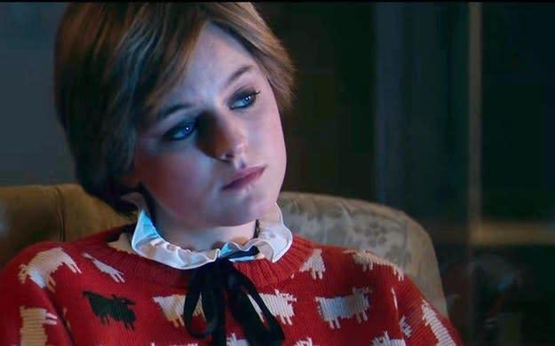 """A atriz Emma Corrin como princesa Diana usando um suéter vermelho com lahamas desenhadas em """"The Crown""""."""