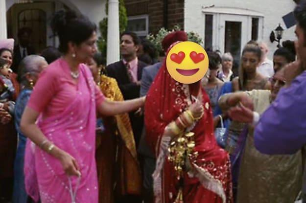 Cena de uma mulher dançando com um saree em seu casamento enquanto é filmada.