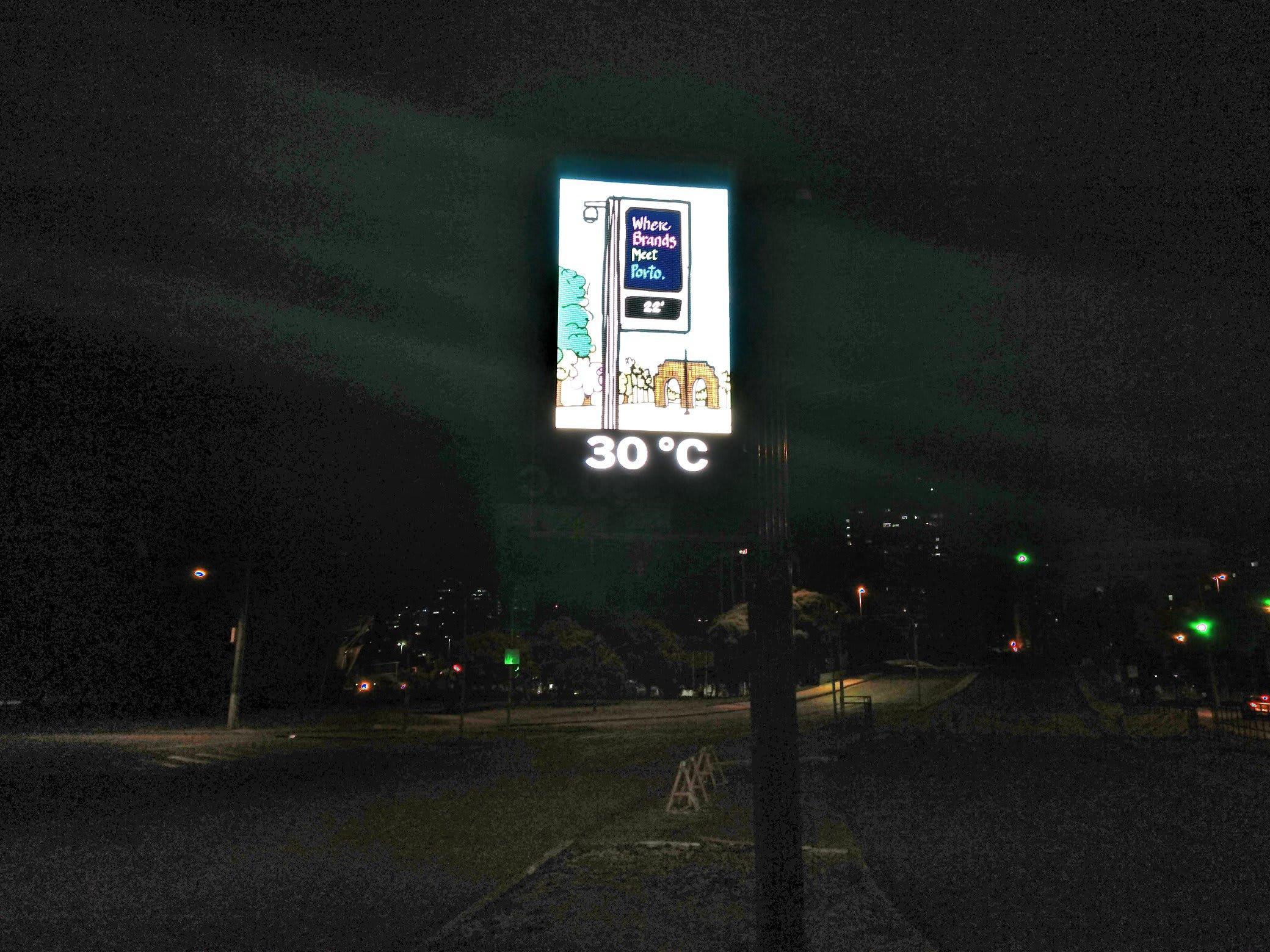 Termômetro de rua, durante a noite, apontando 30°C