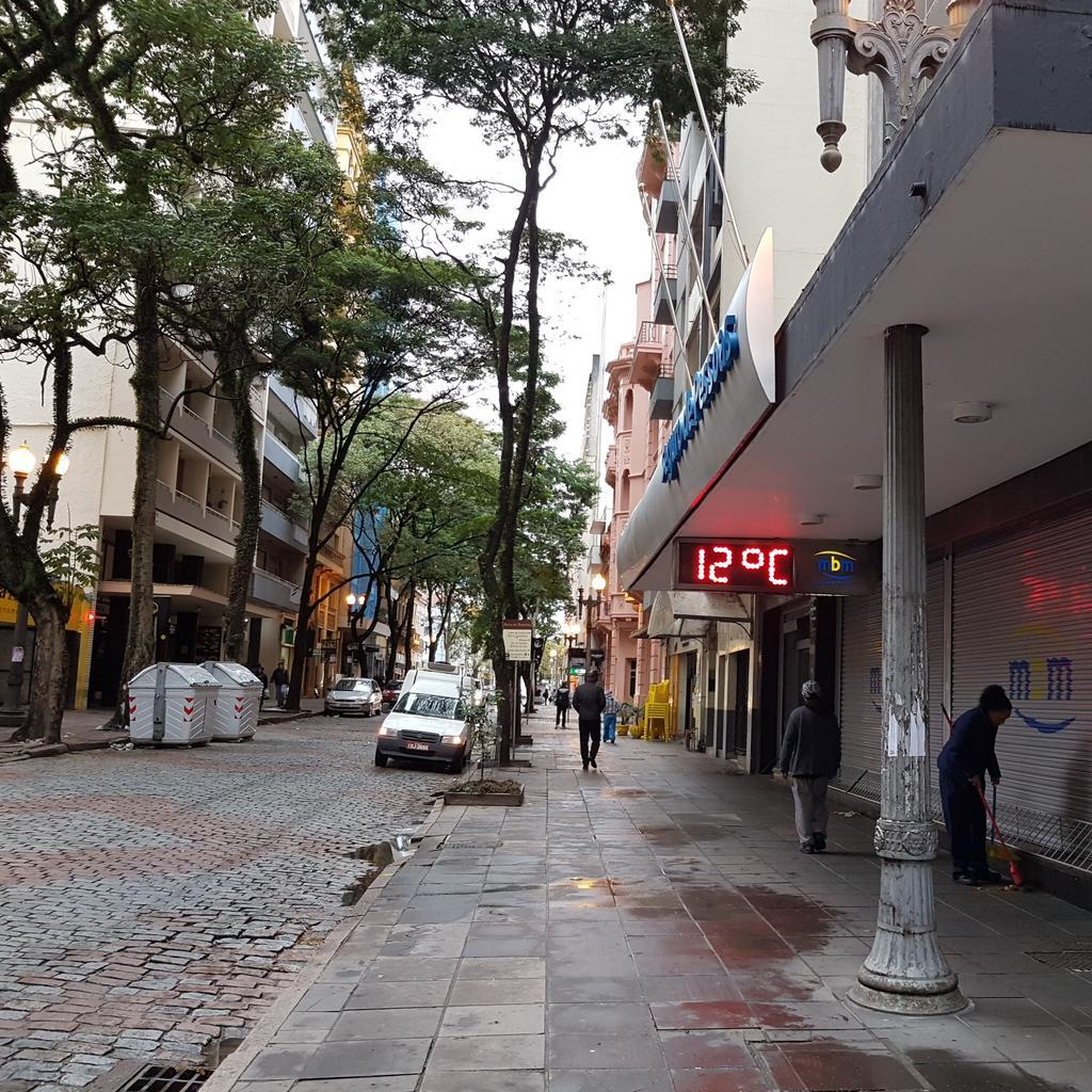 Termômetro de rua apontando 12°C