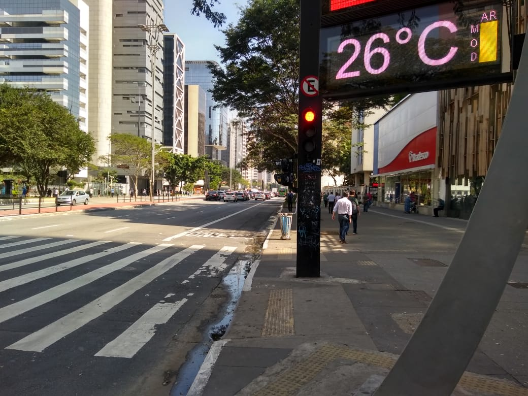 Termômetro de rua apontando 26°C