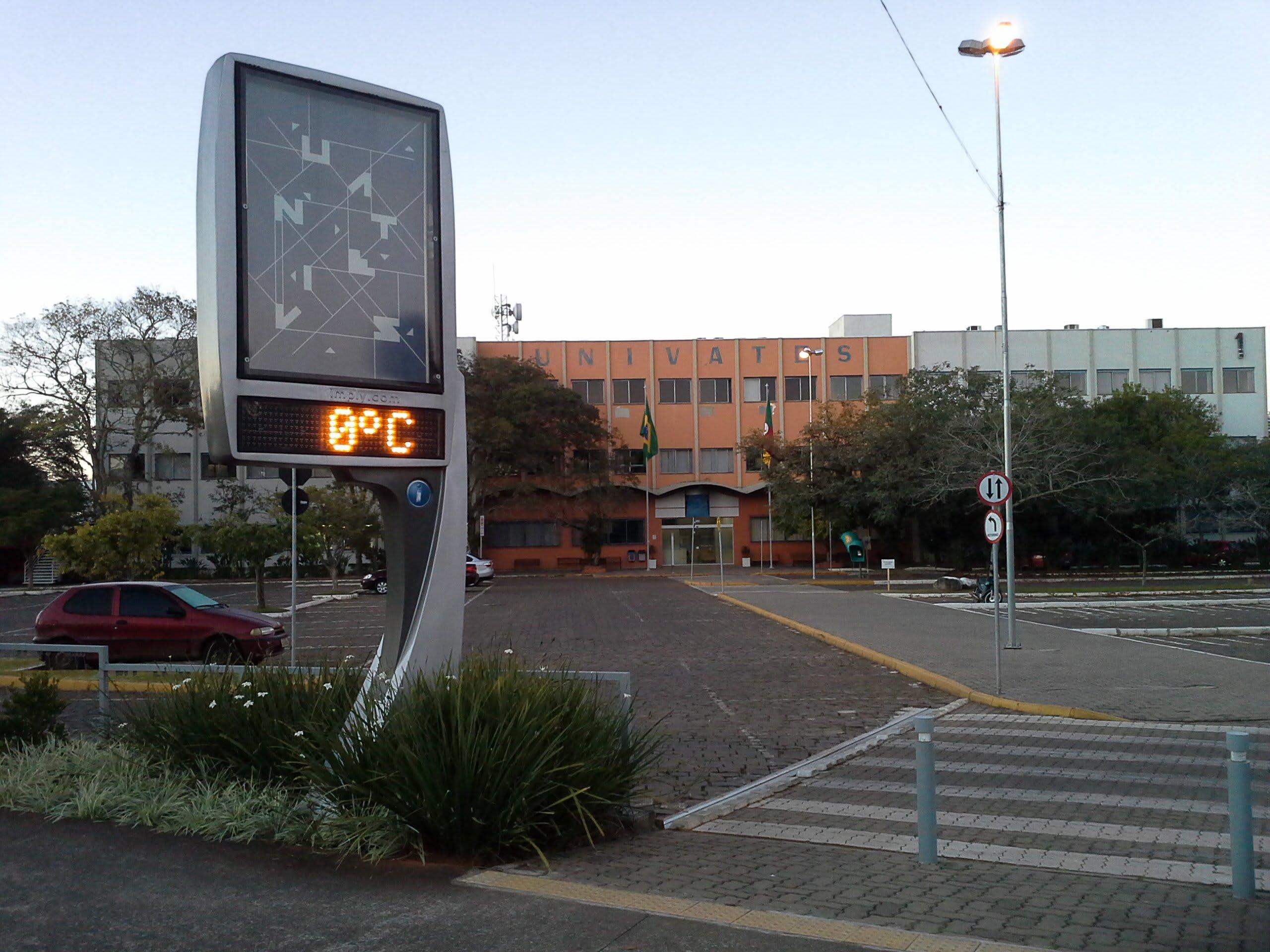 Termômetro de rua apontando 0°C