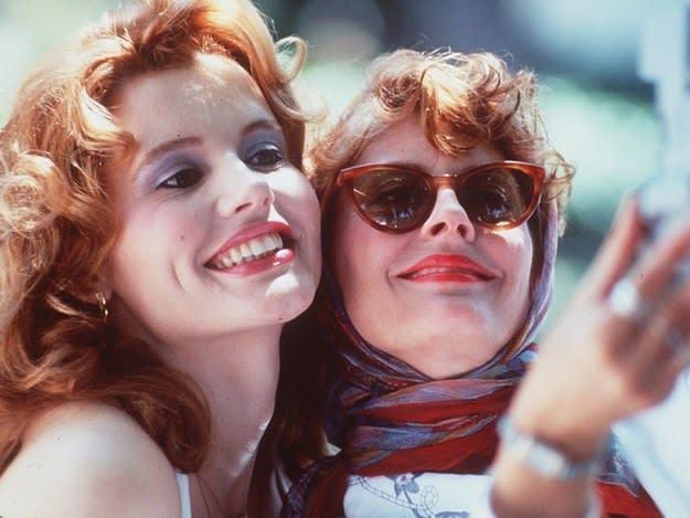 "Imagem de Thelma ao lado de Louise, do filme ""Thelma & Louise""."