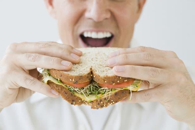 Pessoa comendo um sanduíche