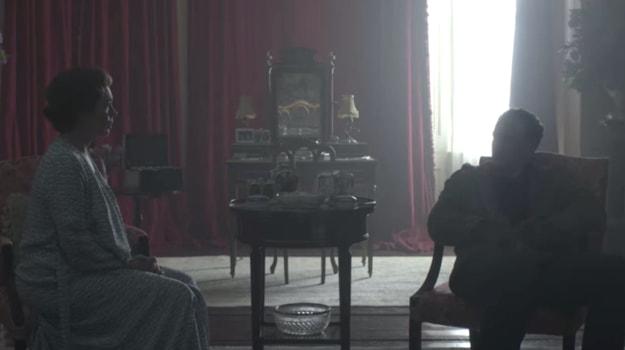 """Rainha Elizabeth conversando com o invasor do palácio em cena de """"The Crown""""."""