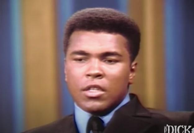 """Um atleta famoso usando um terno no programa """"The Dick Cavett Show"""""""