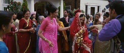 Pinky usa um saree em seu casamento.