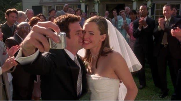 Cena do Matty tirando uma selfie dele com a Jenna no casamento deles.