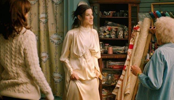 Margaret exibindo um vestido de noiva enorme para a família de Andrew.