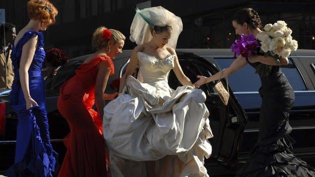 Carrie sai da limusine com seu vestido de noiva.