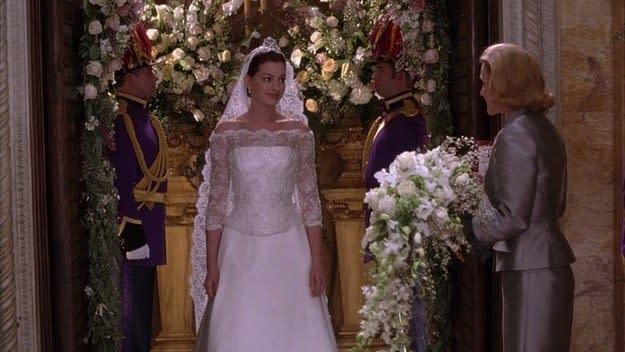 Mia anda ao altar e ignora o buquê de Charlotte.