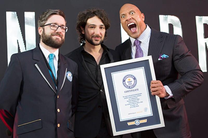 The Rock segurando seu certificado de recorde mundial