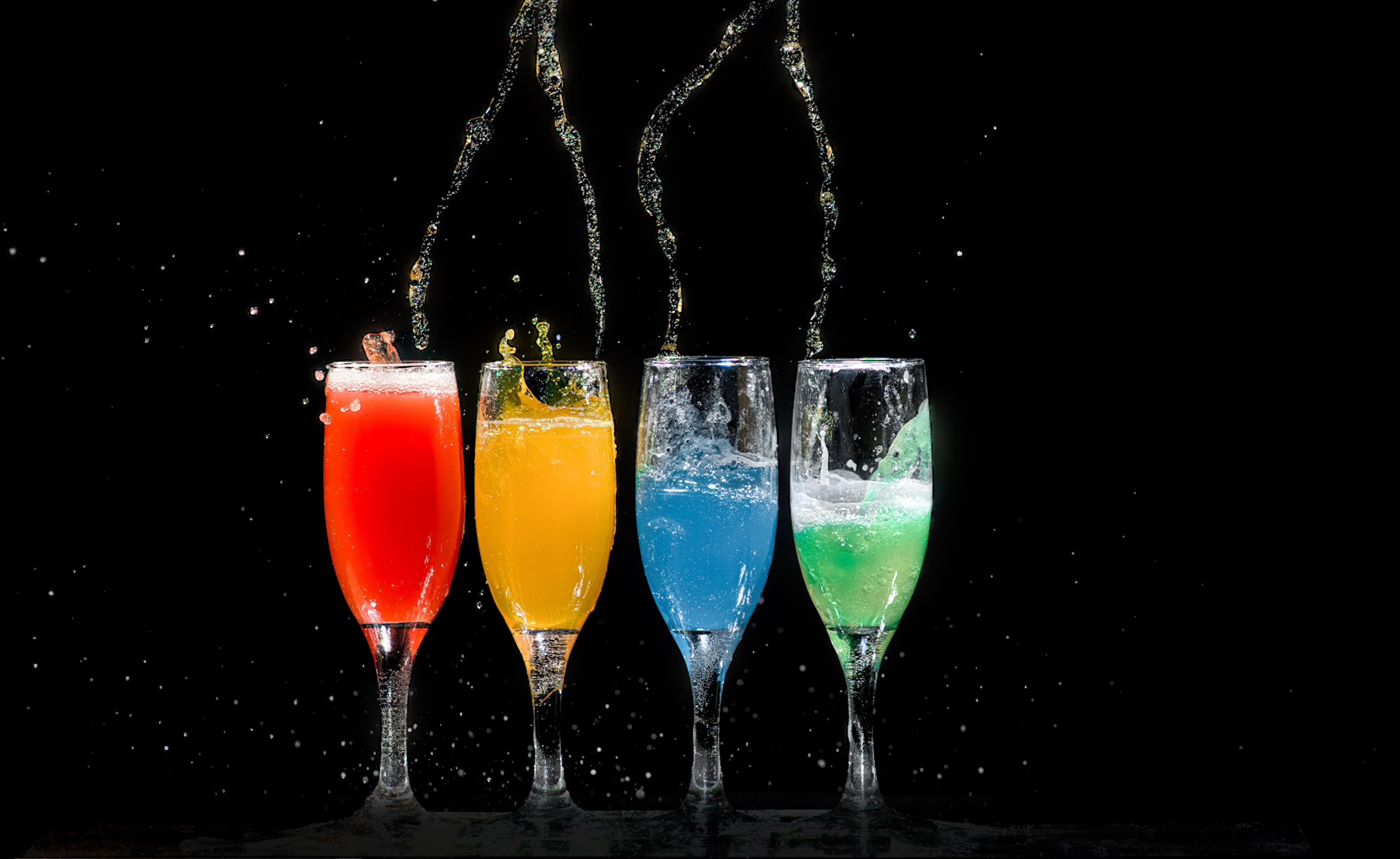 Copos com diferentes drinks