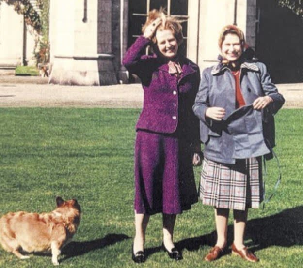 Foto antiga mostra Thatcher e a Rainha Elizabeth no Castelo de Balmoral.