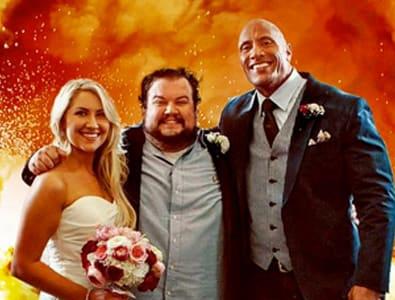 The Rock e um casal de noivos na frente de um desenho de explosão