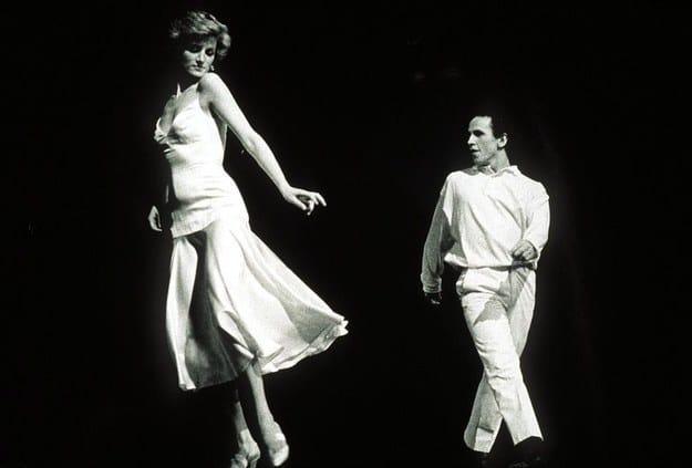 Imagem real de Diana se apresentando com o dançarino Wayne Sleep.