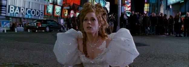 Giselle sai do metrô com seu vestido de noiva.