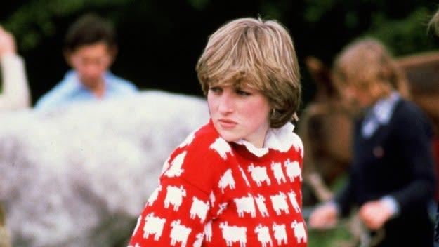 Fotografia antiga da princesa Diana vestindo um suéter vermelho com lhamas desenhadas.