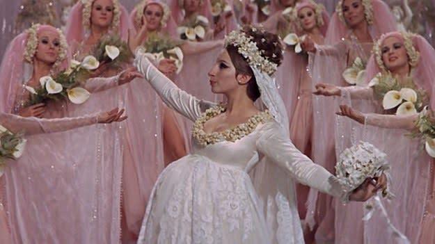 Fanny com seus braços abertos junto com as suas madrinhas de casamento.