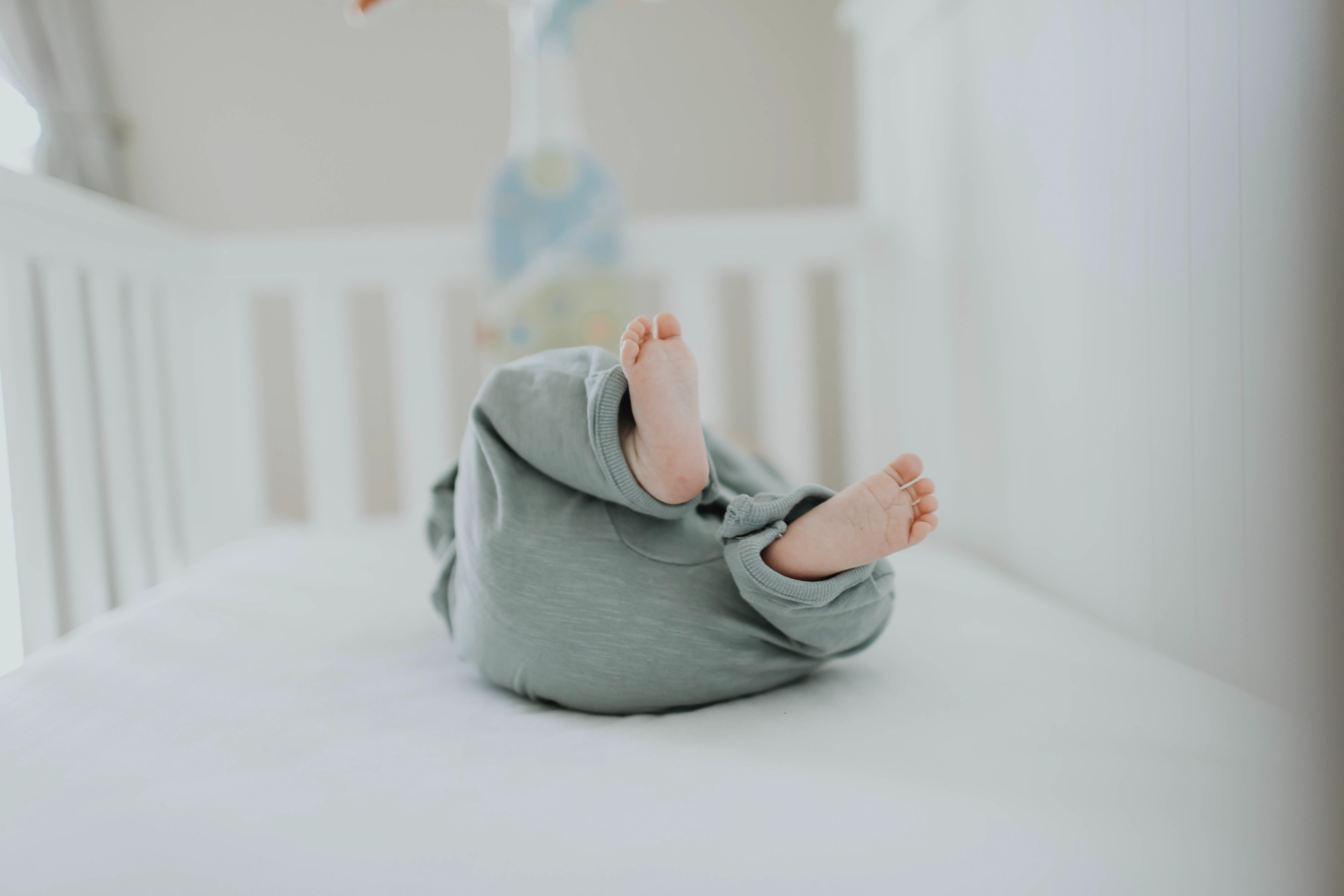 Bebê dentro de um berço