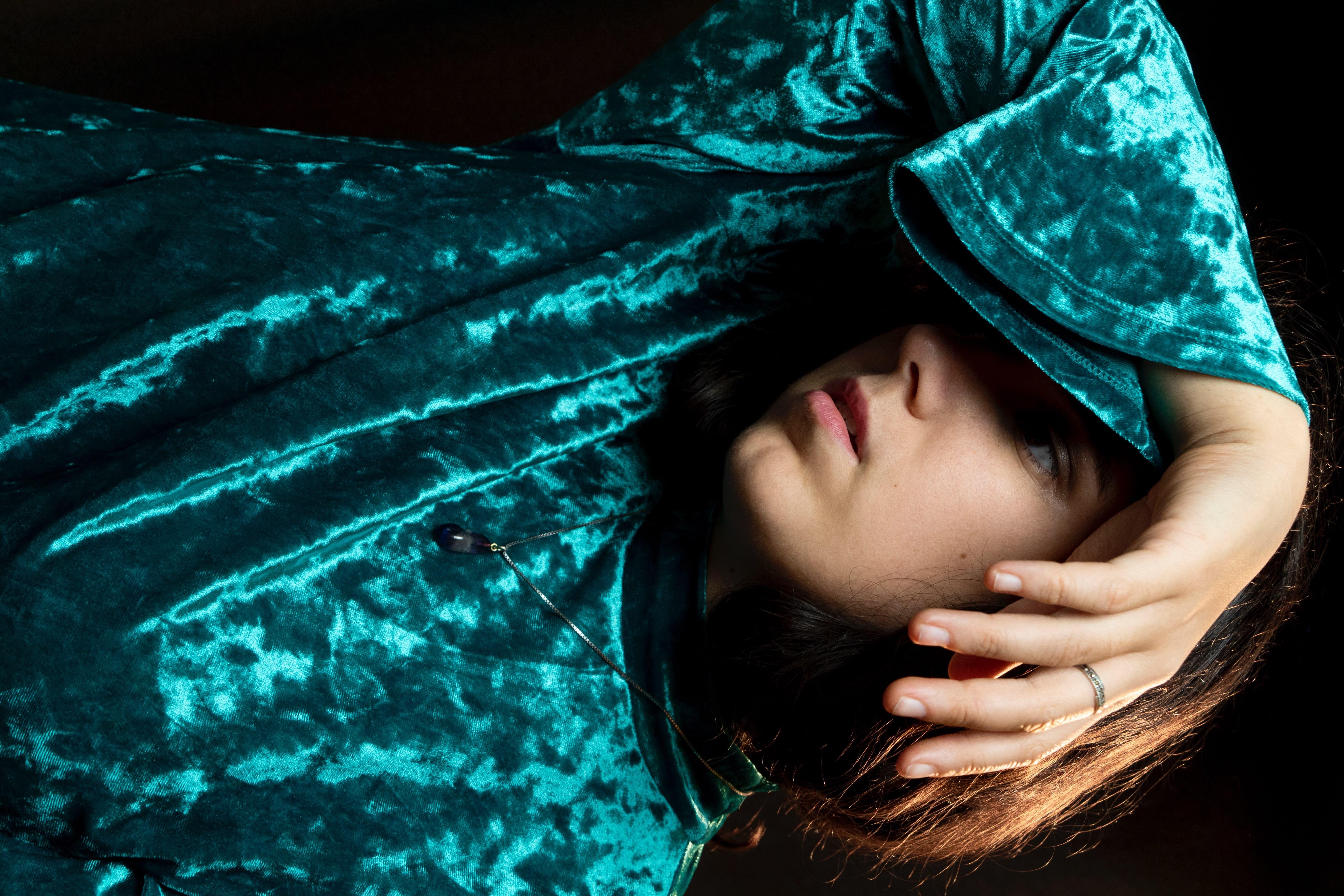 Uma mulher usando roupa de veludo