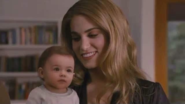 Um bebê humano na mesma cena