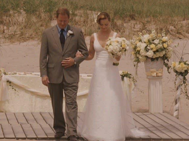 O pai de Jane, Senhor Nichols acompanha Jane até o altar do seu casamento na praia.