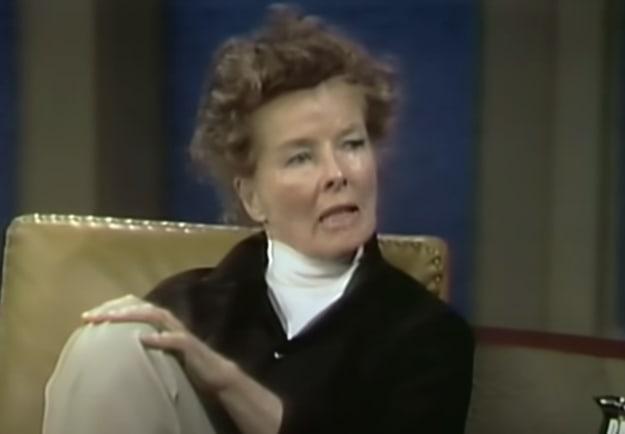 """Uma mulher bem a vontade de cabelo bagunçado e os pés sobre a mesa é entrevistada no programa """"The Dick Cavett Show"""""""