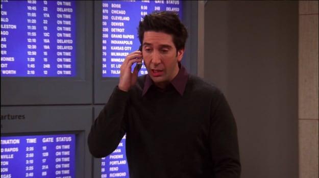 Ross no telefone no aeroporto.