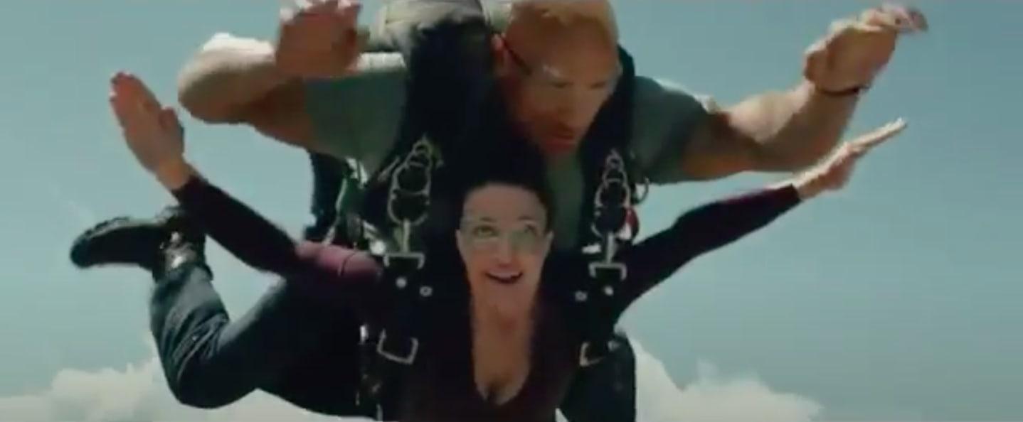 The rock pulando de paraquedas no filme 'Terremoto: A Falha de San Andreas'