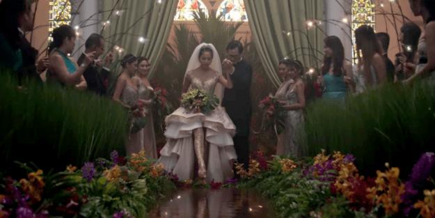 Araminta usa um vestido de casamento chamativo enquanto pisa em cima da água.