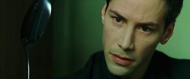 Imagem do filme, Neo segura uma colher e olha fixamente para ela.