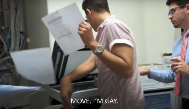 Legenda: sai da frente, eu sou gay.