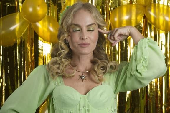 Angélica vestida de Fada Bela e fazendo um sinal com o dedo e a cabeça