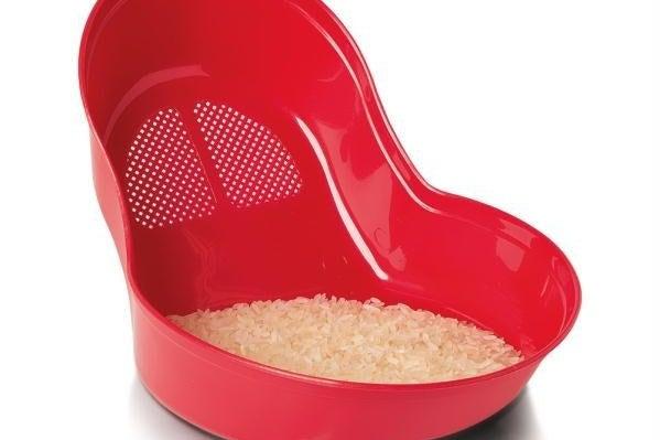 Imagem de um escorredor de arroz vermelho