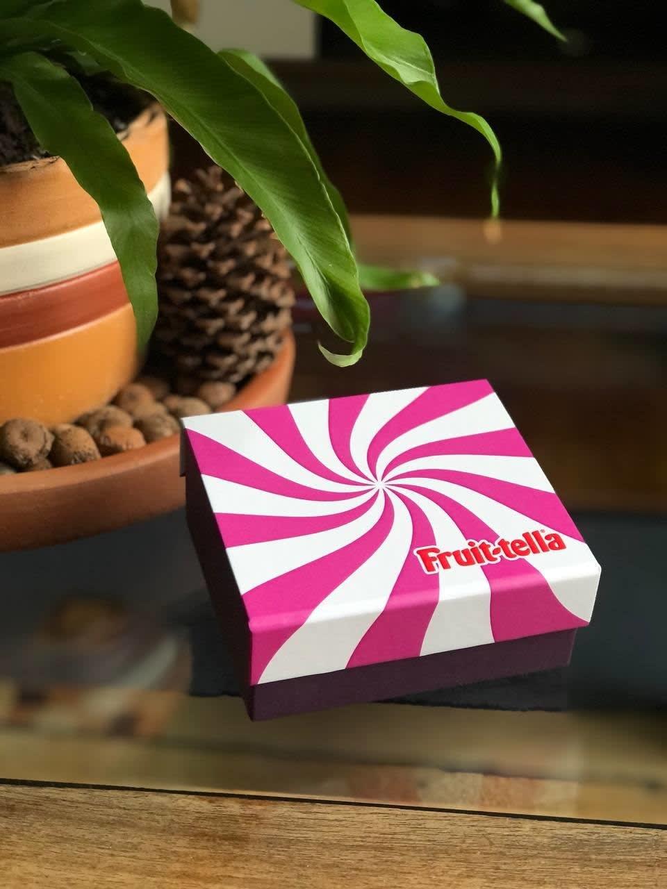 Caixinha de balas Frutella branca e rosa com o logotipo da marca.