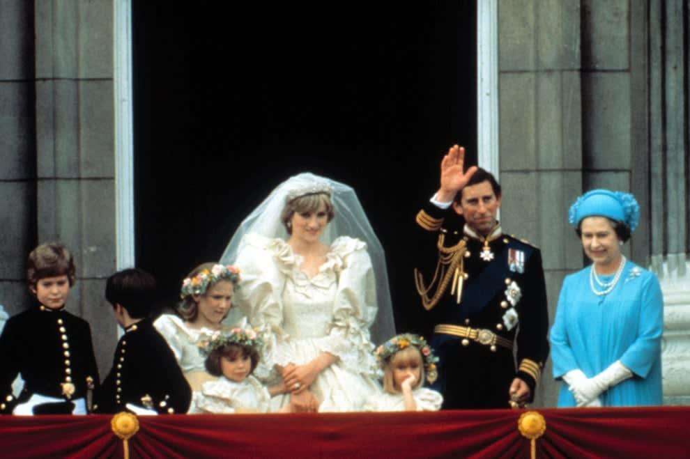 Princesa Diana com  Príncipe Charles e Rainha Elizabeth II no Buckingham Palace depois da cerimônia de casamento