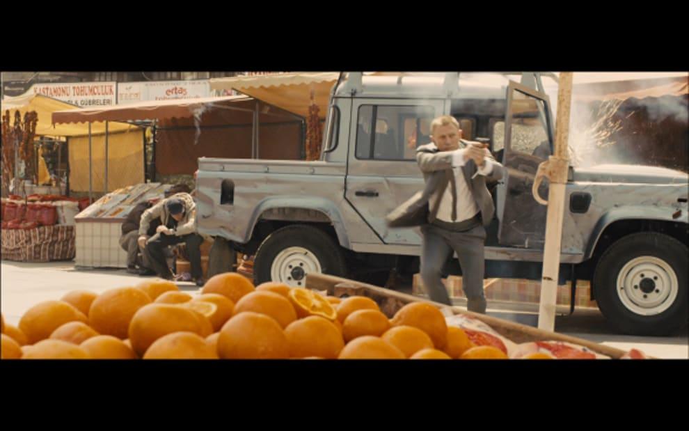 James Bond em um tiroteio em um mercado de frutas