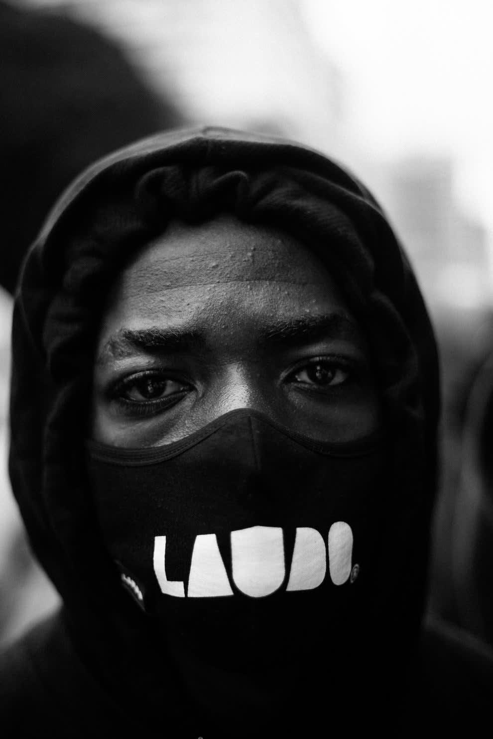 Rosto de homem negro usando máscara.