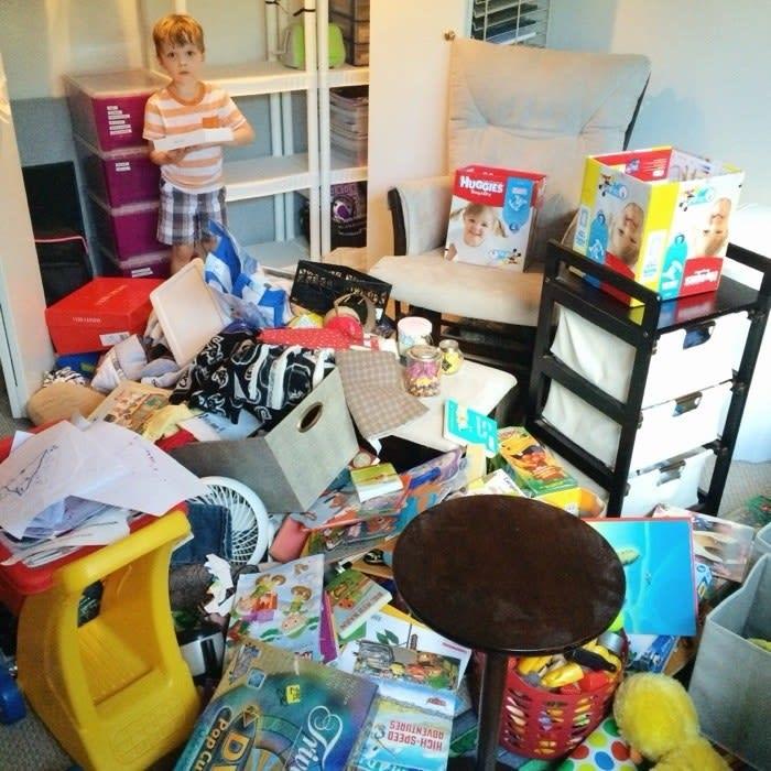 Todos os objetos do quarto estão jogados no chão.