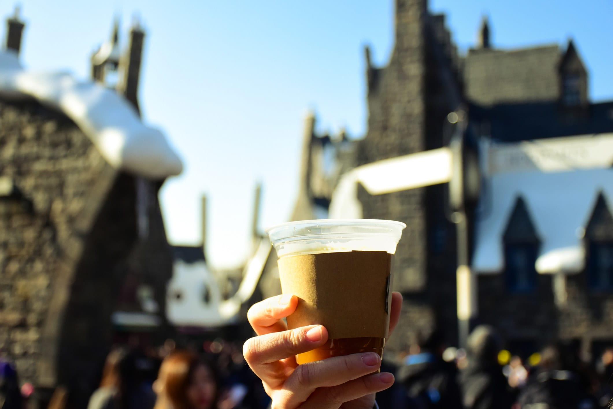 """Um copo de cerveja amanteigada no parque temático de """"Harry Potter"""""""