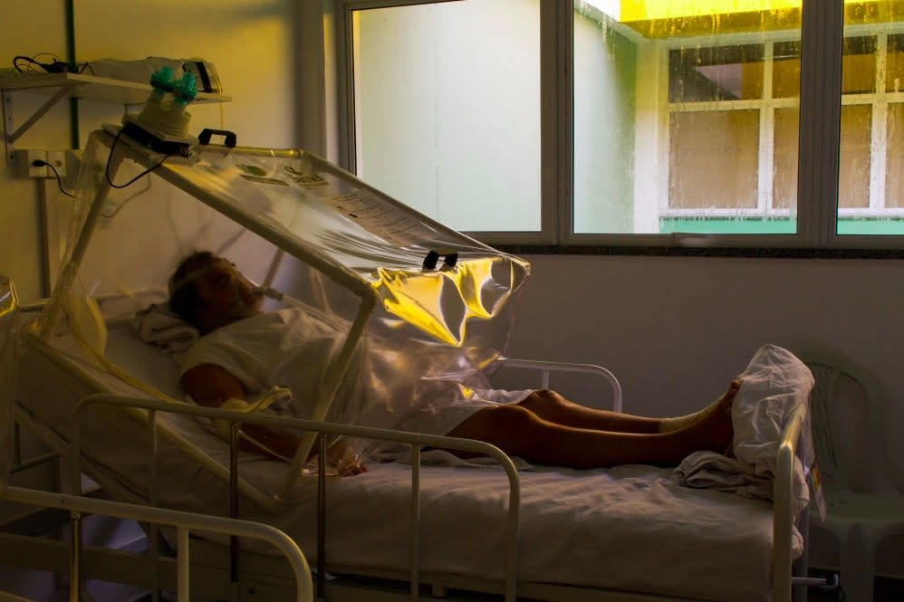 Foto mostra um homem internado no hospital