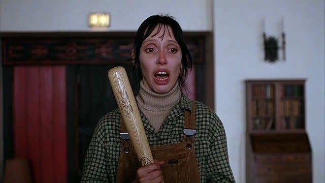 Wendy segurando um taco de baseball assustada