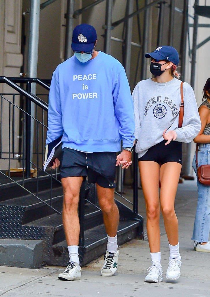Model Kaia Gerber e Jacob Elordi andando de mãos dadas na rua